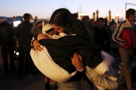 Μυτιλήνη: Φωτογραφίες `μαχαιριά`! Διασώστες προσπαθούν να επαναφέρουν μικρά παιδιά - 7 νεκροί, τουλάχιστον 240 διασωθέντες