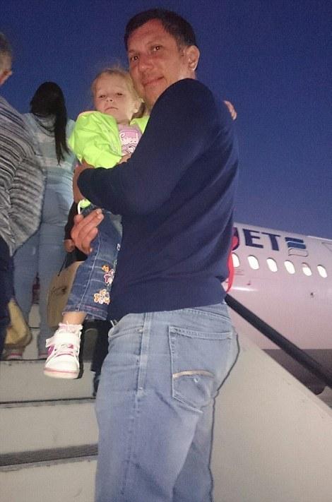 Ο Yury Shein και η κορούλα του Anastasia τη στιγμή που επιβιβάζονται στο μοιραίο Airbus