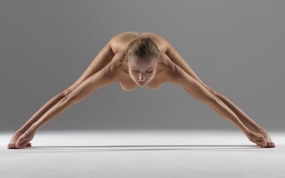 Φωτογραφίζει την ολόγυμνη γυναίκα του να κάνει yoga! Δείτε αν αντέχετε!