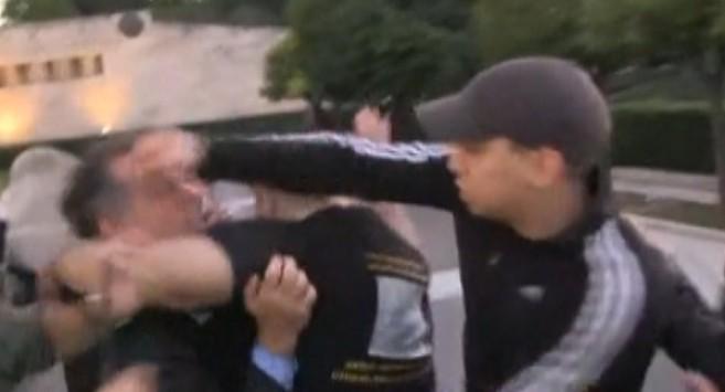 Άγρια επίθεση στον Κουμουτσάκο στο Σύνταγμα - Τον χτύπησαν με μπουνιές και του έσκισαν τα ρούχα - Ματωμένος μίλησε στη Βουλή