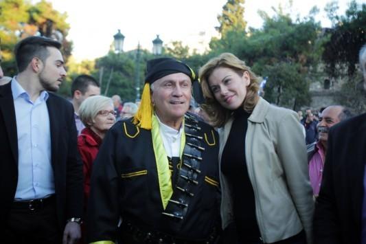 Ο... Πόντιος Ψωμιάδης ποζάρει μαζί με την Μανωλίδου στο συλλαλητήριο της Θεσσαλονίκης