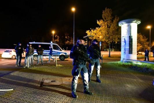 Τρόμος στη Γερμανία! Ασθενοφόρο με εκρηκτικά έξω από το στάδιο στον αγώνα Γερμανία-Ολλανδία - Οδηγίες να μην βγαίνουν οι πολίτες στο δρόμο