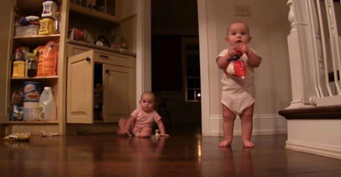 O θείος ανέλαβε να κάνει babysitting στις δίδυμες ανιψιές του - Αυτό που έκανε για να τις διασκεδάσει είναι εκπληκτικό!