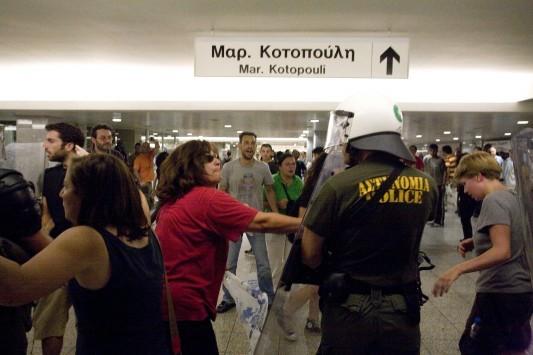 Καταδρομική επίθεση κουκουλοφόρων στο Μετρό Ομόνοιας – Έσπασαν στο ξύλο τους ελεγκτές