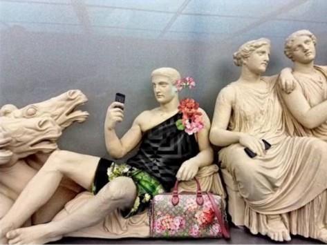 Τεράστια ασέβεια! Ξεφτίλισαν τα γλυπτά του Παρθενώνα - H Gucci τα έντυσε με πολύχρωμα σορτς και γυναικείες τσάντες