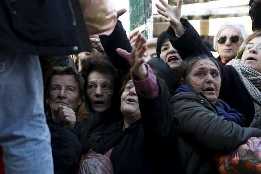 Η Ελλάδα ικέτις! Οι ουρές της κρίσης είναι εδώ και κάνουν τον γύρο του κόσμου! ΦΩΤΟ
