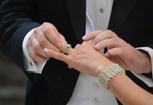 Το κόλπο για να βγάλεις δαχτυλίδι που σφήνωσε στο δάχτυλό σου! (BINTEO)