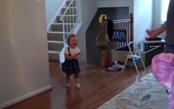 Συγκινητικό βίντεο! Τα πρώτα βήματα μικρούλας με προσθετικό πόδι