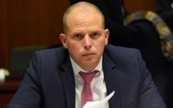 Βέλγος υφυπουργός Μετανάστευσης: «Ποτέ δεν είπα στο Μουζάλα να πετάξει τους πρόσφυγες στη θάλασσα»