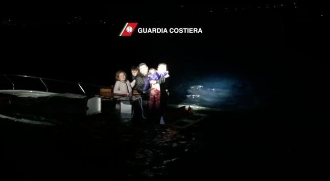 Σπαρακτικές εικόνες από το ναυάγιο της Σάμου με 26 νεκρούς (VIDEO)