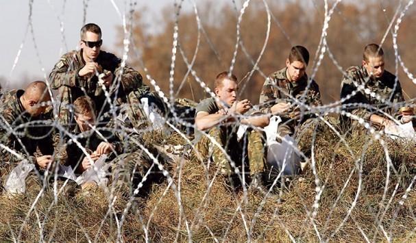 Η κυβέρνηση βάζει μπροστά τον Στρατό για τους πρόσφυγες – Το υπ. Εθνικής Άμυνας παραχωρεί τα στρατόπεδα Σίνδου και Σχιστού
