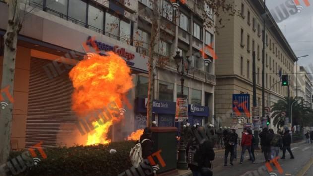 Απεργία Live: Καίνε πάλι την Αθήνα! Μολότοφ, δακρυγόνα και ξύλο! Προσπάθησαν να αμαυρώσουν την μεγαλειώδη πορεία κατά του Ασφαλιστικού!