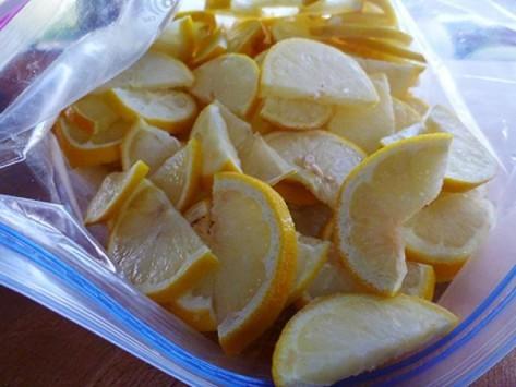 Γιατί είναι καλύτερο να βάζετε τα λεμόνια στην κατάψυξη