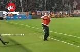 Κύπελλο ΠΑΟΚ - Ολυμπιακός - Η στιγμή που χτυπάει τον Σίλβα ένα ποτήρι με νερό - BINTEO