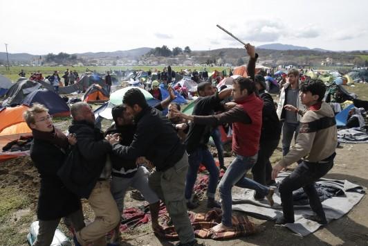 Ειδομένη: Άγριο ξύλο με μαγκούρες για ένα φρούτο - Δάκρυα, αρρώστιες και εξαθλίωση - Συγκλονιστικές εικόνες από το μαρτύριο προσφύγων στις λάσπες!