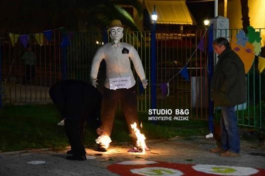 Έκαναν καρνάβαλο τον Τσίπρα και τον έκαψαν χορεύοντας τα... Καγκέλια - ΒΙΝΤΕΟ