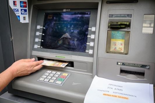 Φόρος σε όλες τις τραπεζικές συναλλαγές – Κλειδώνει το νέο χαράτσι για όλους