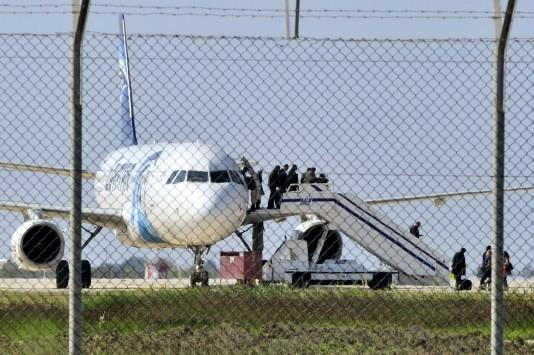 Live - Aεροπειρατεία: Έφτασε η πρώην σύζυγος του αεροπειρατή  - Ελεύθεροι και άλλοι επιβάτες!