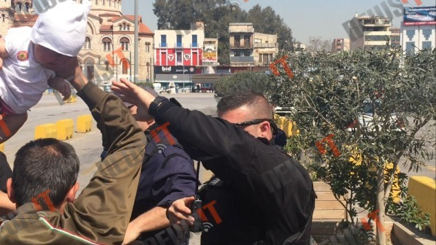 Χάος στο λιμάνι του Πειραιά! Η ενημέρωση άναψε τα αίματα! Η στιγμή που πρόσφυγας προσπαθεί να πετάξει μωρό πάνω σε λιμενικό!