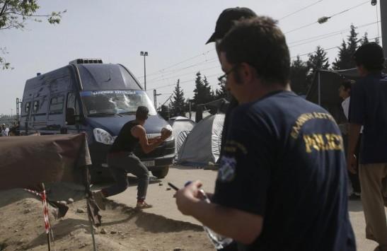 `Είναι τελειωμένος`! Ξεσηκωμός στην Ειδομένη για τον σοβαρά τραυματισμένο πρόσφυγα! Τι λένε αυτόπτες μάρτυρες - ΒΙΝΤΕΟ