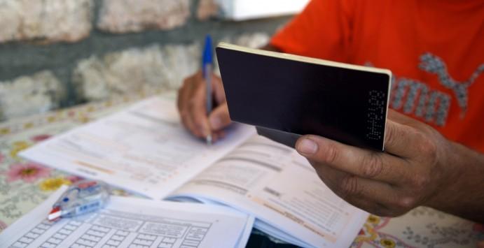 Μειώσεις μισθών στο Δημόσιο, πάγωμα προσλήψεων και μειώσεις στα κοινωνικά επιδόματα – Φωτιά το τρίτο μνημόνιο