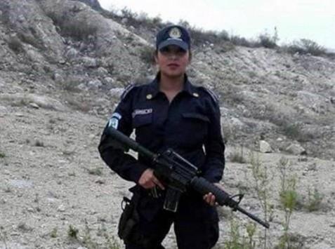 Απέλυσαν γυναίκα αστυνομικό για τόπλες selfie (ΦΩΤΟ)