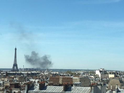Μαύρος καπνός στο Παρίσι κοντά στον Πύργο του Άιφελ