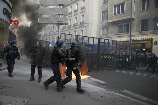 Ο νέος `Μάης` στη Γαλλία τρομάζει τον Ολάντ - Απαγόρευση κυκλοφορίας στο Παρίσι σε πολίτες
