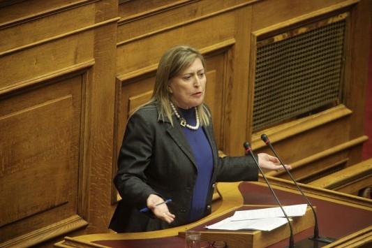 Καλύτερα να μασάει! Η βουλευτής Καρακώστα αποκάλεσε φοροφυγάδες τους χαμηλοσυνταξιούχους που τους κόβεται το ΕΚΑΣ