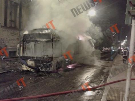 Επεισόδια αντιεξουσιαστών στην Πατησίων - Κατέβασαν επιβάτες από τρόλεϊ και το έκαψαν!