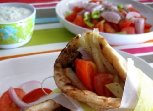 Σουβλάκι ή χωριάτικη σαλάτα; Δεν πιστεύετε πόσες θερμίδες έχει το καθένα…