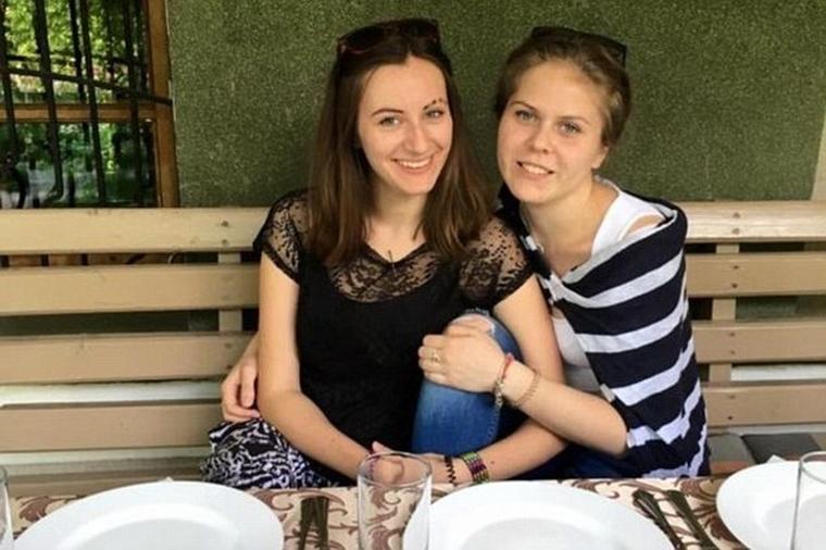 H Polina με τη Victoria (δεξιά)