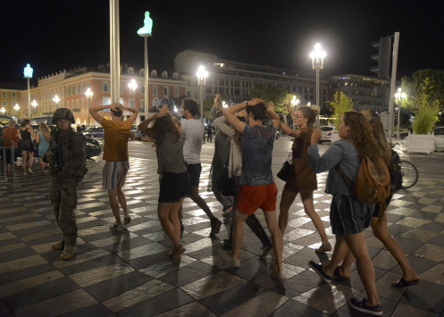 Γαλλία: Τρόμος και αίμα στη Νίκαια! Φορτηγό έπεσε πάνω σε πλήθος κόσμου! Δεκάδες νεκροί - Άνθρωποι κείτονται νεκροί στη μέση του δρόμου