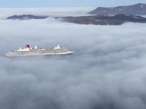 Σαντορίνη: Απίστευτες φωτογραφίες με τα σύννεφα να καλύπτουν τη θάλασσα - Μαγικές εικόνες στην καλντέρα (Φωτό)!