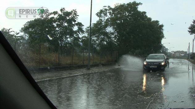 Γιάννενα: Αλλαγή σκηνικού με ξαφνική καταιγίδα - Δρόμοι μετατράπηκαν σε ποτάμια (Βίντεο)!