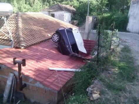 Λάρισα: Αυτοκίνητο μπήκε σε σπίτι από τη στέγη - Εφιαλτικό ξύπνημα για τον ιδιοκτήτη που τραυματίστηκε [pics]!