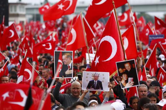 Πάνω από 50.000 οπαδοί του Ερντογάν διαδηλώνουν στη Γερμανία [pic]