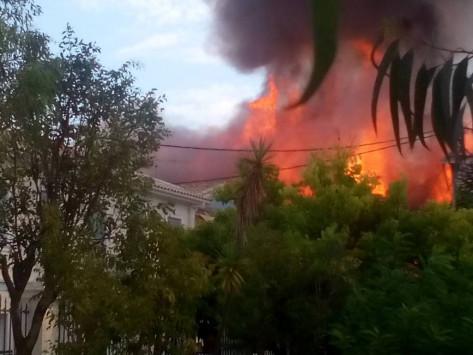 Φωτιά ΤΩΡΑ στο κέντρο της Λευκάδας! Καίγονται τέσσερα σπίτια! - Εκκενώνεται εκκλησία [pic,vid]