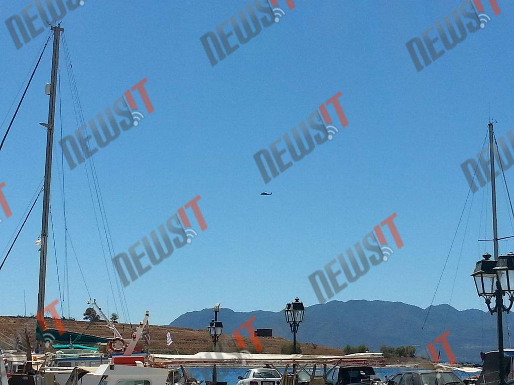 Ένα ελικόπτερο που συμμετέχει στις έρευνες - ΦΩΤΟ newsIT.gr