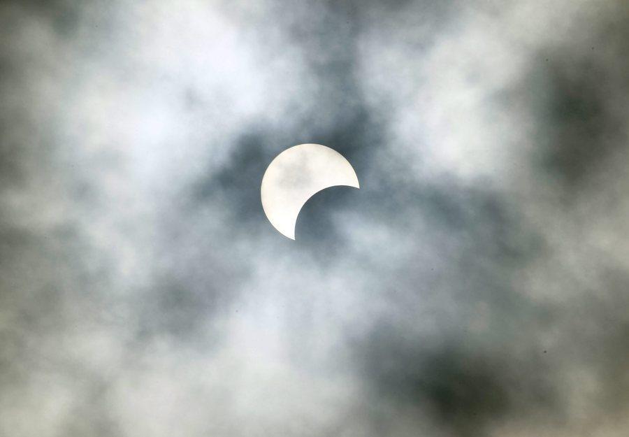 Έκλειψη Ηλίου: Έγινε η μέρα… νύχτα! Συγκλονιστικές εικόνες [pics, vids]
