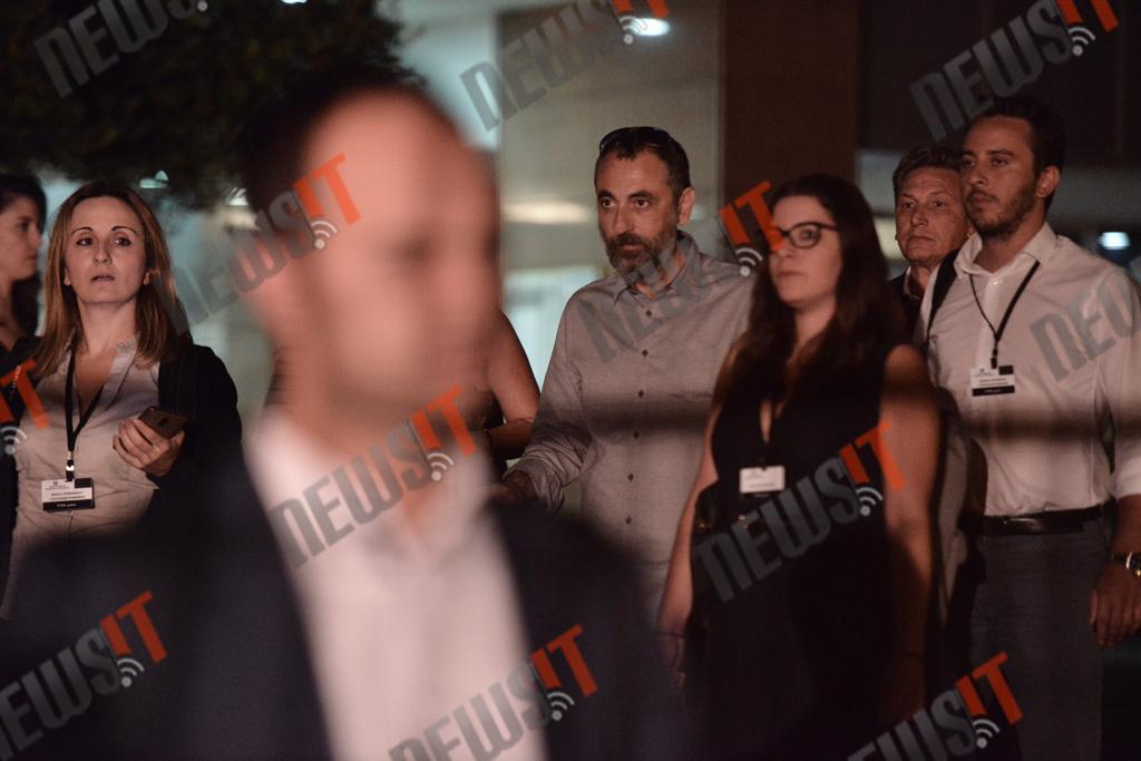 Ο κ. Καλογρίτσας αποχωρεί από το κτίριο της γ.γ. ενημέρωσης