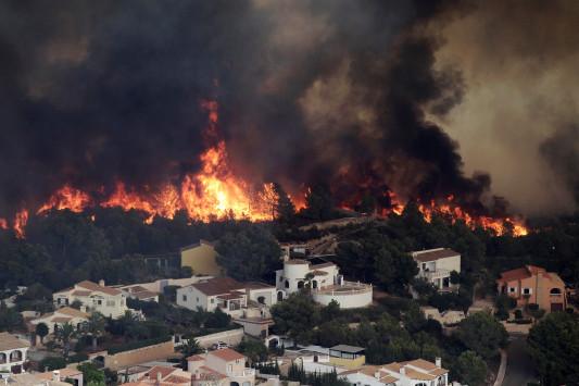 Εφιαλτική νύχτα για περίπου 1.000 Ισπανούς! Εκκενώθηκαν κοινότητες λόγω μεγάλης πυρκαγιάς στη Βαλένθια [pics]