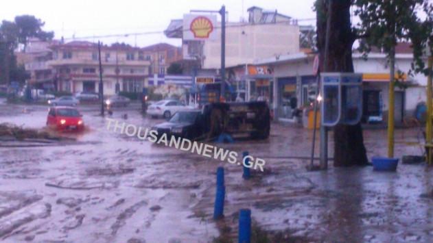 Θεσσαλονίκη: Αγνοείται γυναίκα οδηγός στη Μηχανιώνα - Πνίγεται στη λάσπη η πόλη από την κακοκαιρία [pics, vids]