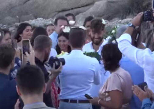 Μύκονος: Ο πρώτος gay γάμος στην Ψαρρού - Οι βέρες και το πέταγμα της ανθοδέσμης [vid]
