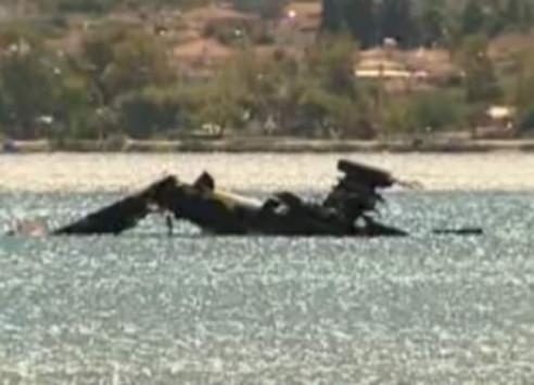 Αυτό είναι το ελικόπτερο Απάτσι που συνετρίβη στη θάλασσα - Οι πρώτες εικόνες από το σημείο της πτώσης [vid]