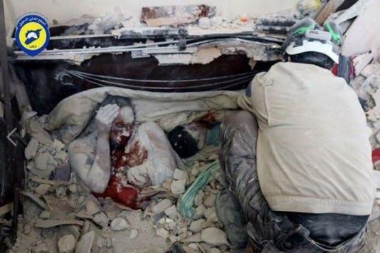 Έγκλημα χωρίς τιμωρία στη Συρία – Μάνα νεκρή στα ερείπια αγκαλιά με τα παιδιά της