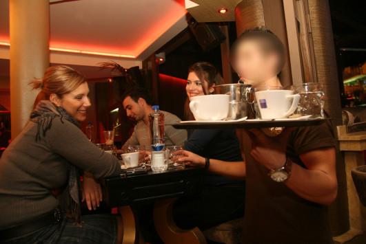 Σκιάθος: Σοκάρει ο θάνατος σερβιτόρου μπροστά στα μάτια των πελατών - Δάκρυα στην καφετέρια!