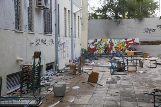 Λαμία: Εισβολή αστυνομικών και συλλήψεις σε υπό κατάληψη σχολείο - Οι εικόνες που προκάλεσαν την επέμβαση!