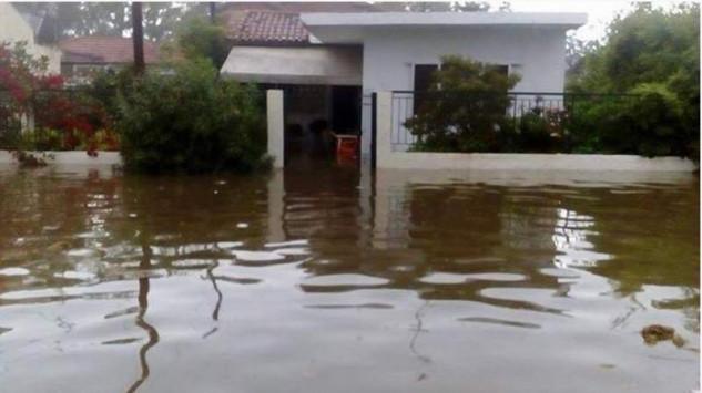 Οργή και λάσπη στο Μεσολόγγι – Πλημμύρες, ζημιές και κατολισθήσεις – Ζευγάρι έπεσε στη θάλασσα για να σωθεί! [pics, vid]
