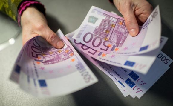 Μας ξεζουμίζουν! Πάνω από 5 δισ. ευρώ τα έσοδα από φόρους!
